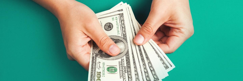 Des billets dollars dans des mains