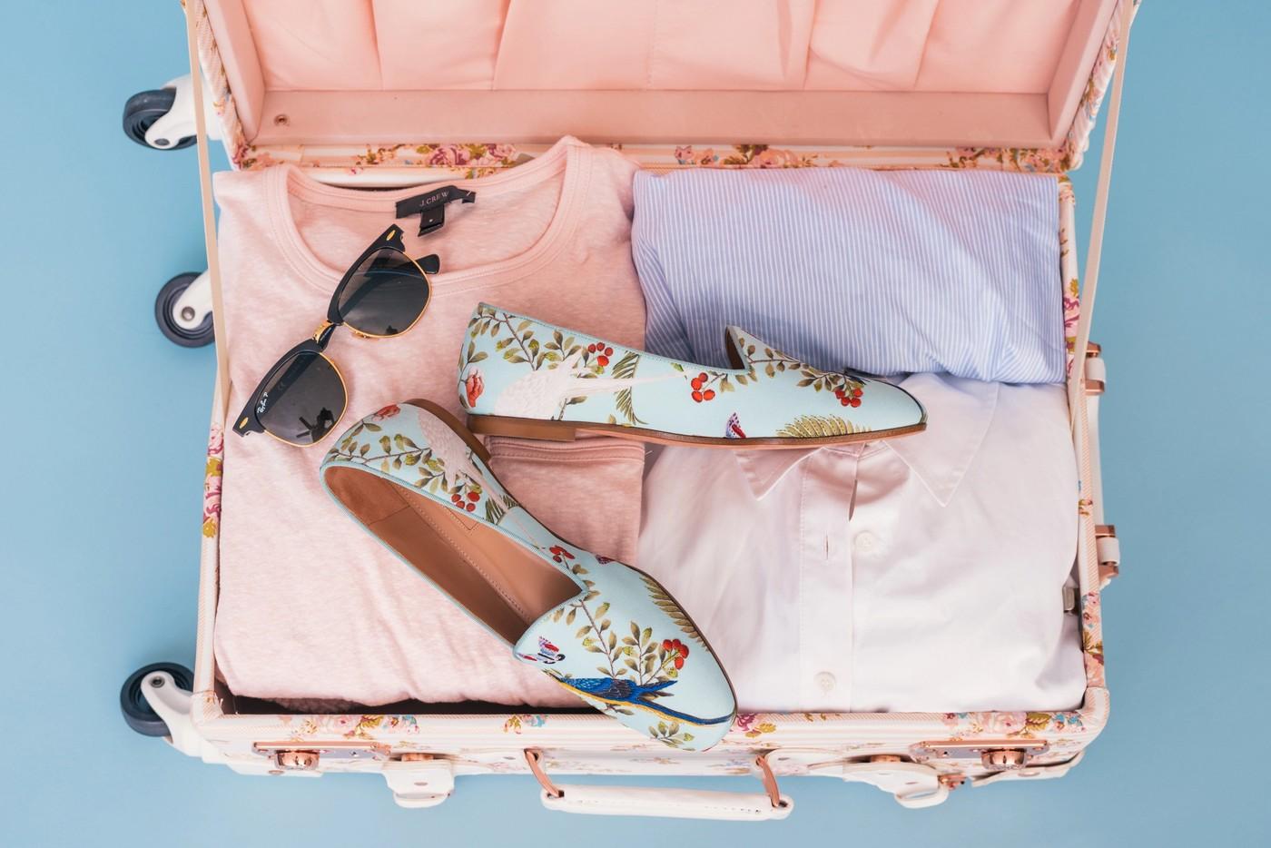 Une valise avec des vêtements