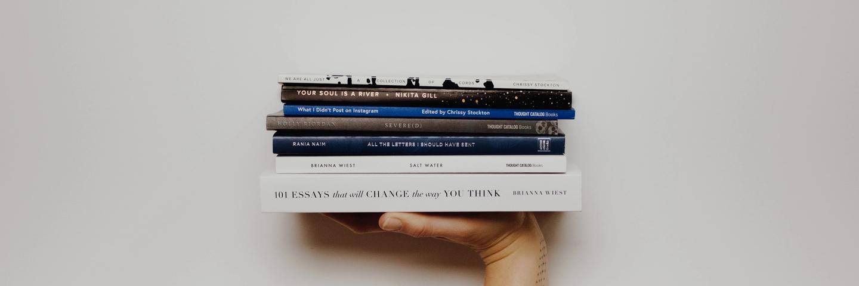 Une pile de livres sur les finances personnelles