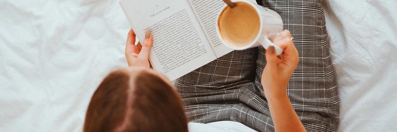 Une personne lisant un livre sur le revenu passif