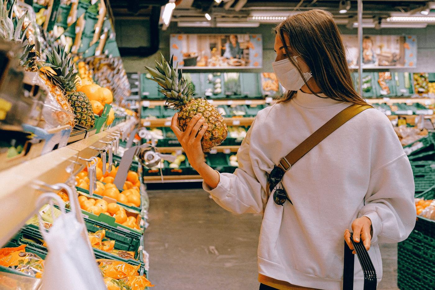 Une personne faisant ses courses au supermarché