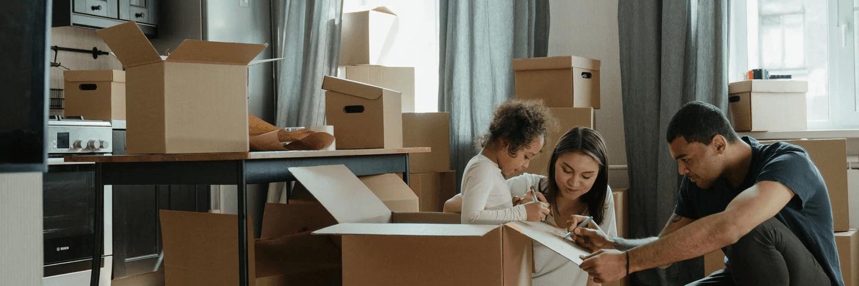 Une famille en train de déballer des cartons
