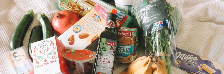 Des courses alimentaires sur un lit