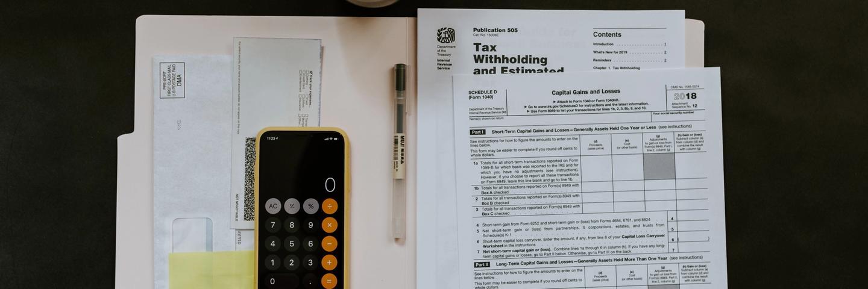 Des papiers et une calculette pour gérer son argent