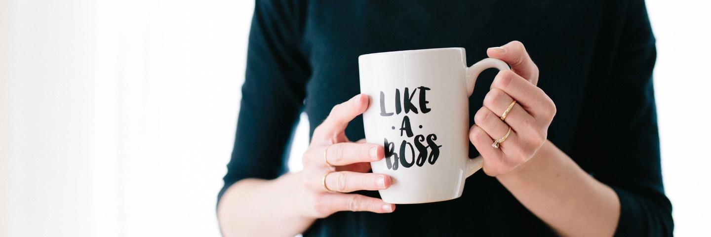 "Une femme tenant un mug ""like a boss"""