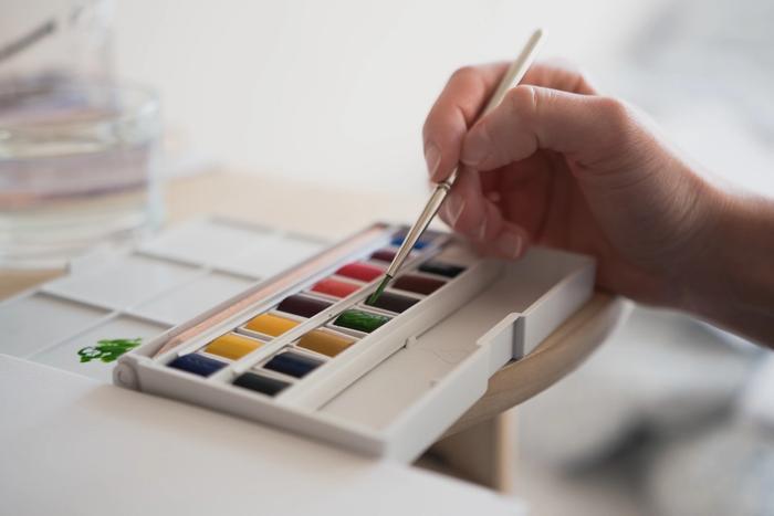 Une personne en train de peindre