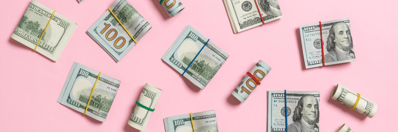 Des dollars sur fond rose