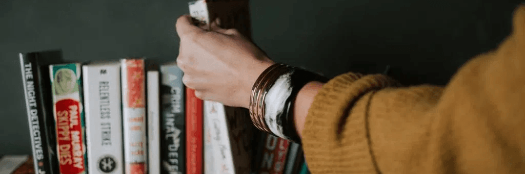 Une main qui tient des livres sur l'investissement