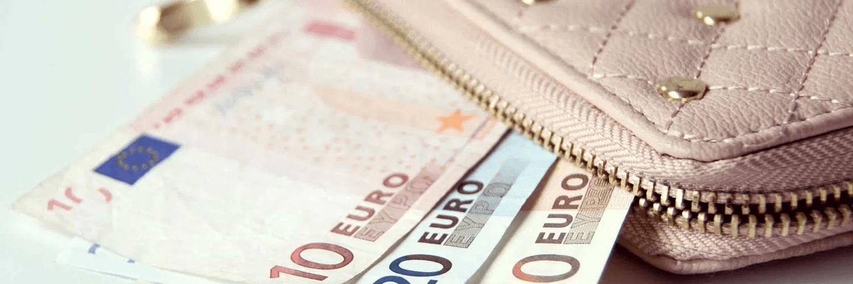 Des billets qui sortent d'un portefeuille