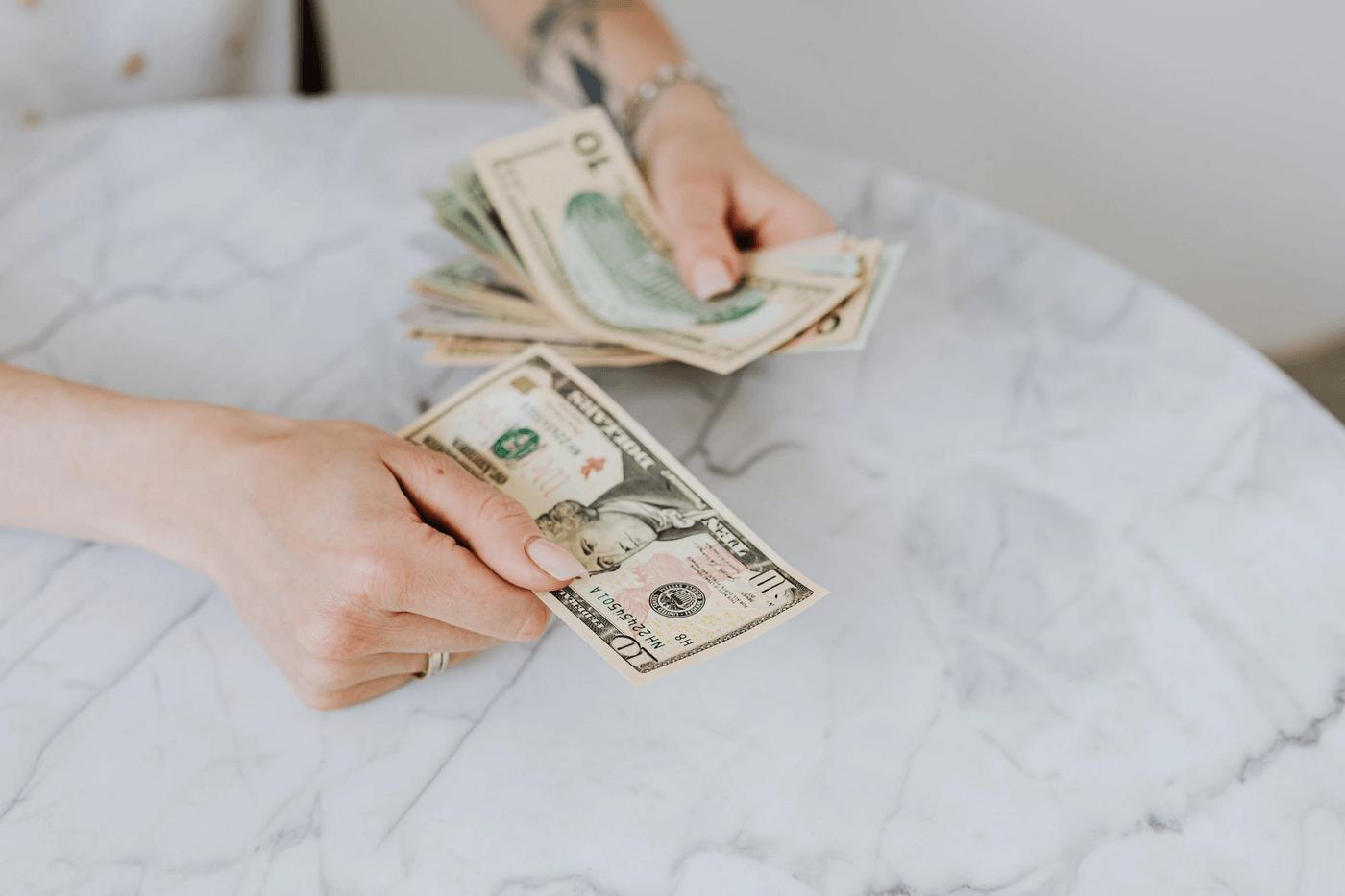 Une personne avec des dollars dans les mains