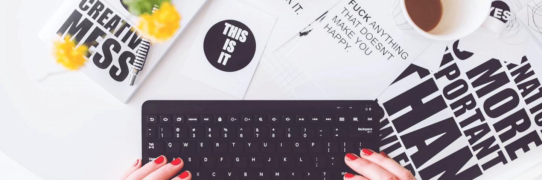 Une femme en train d'écrire sur son blog
