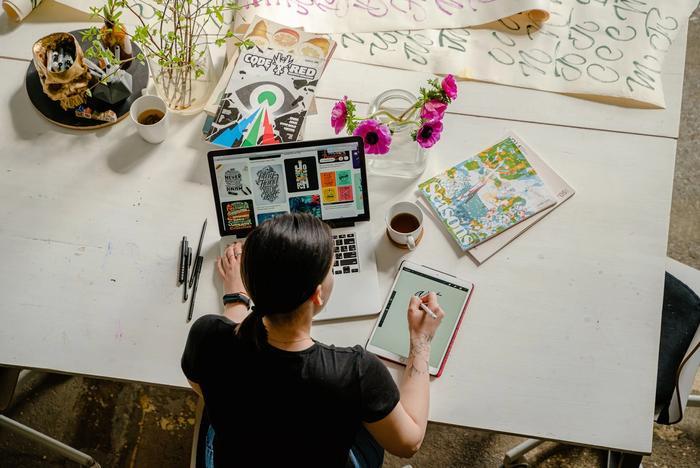 Une femme créé des produits digitaux