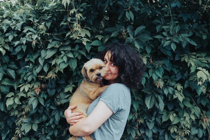 Une personne en train de tenir un chien
