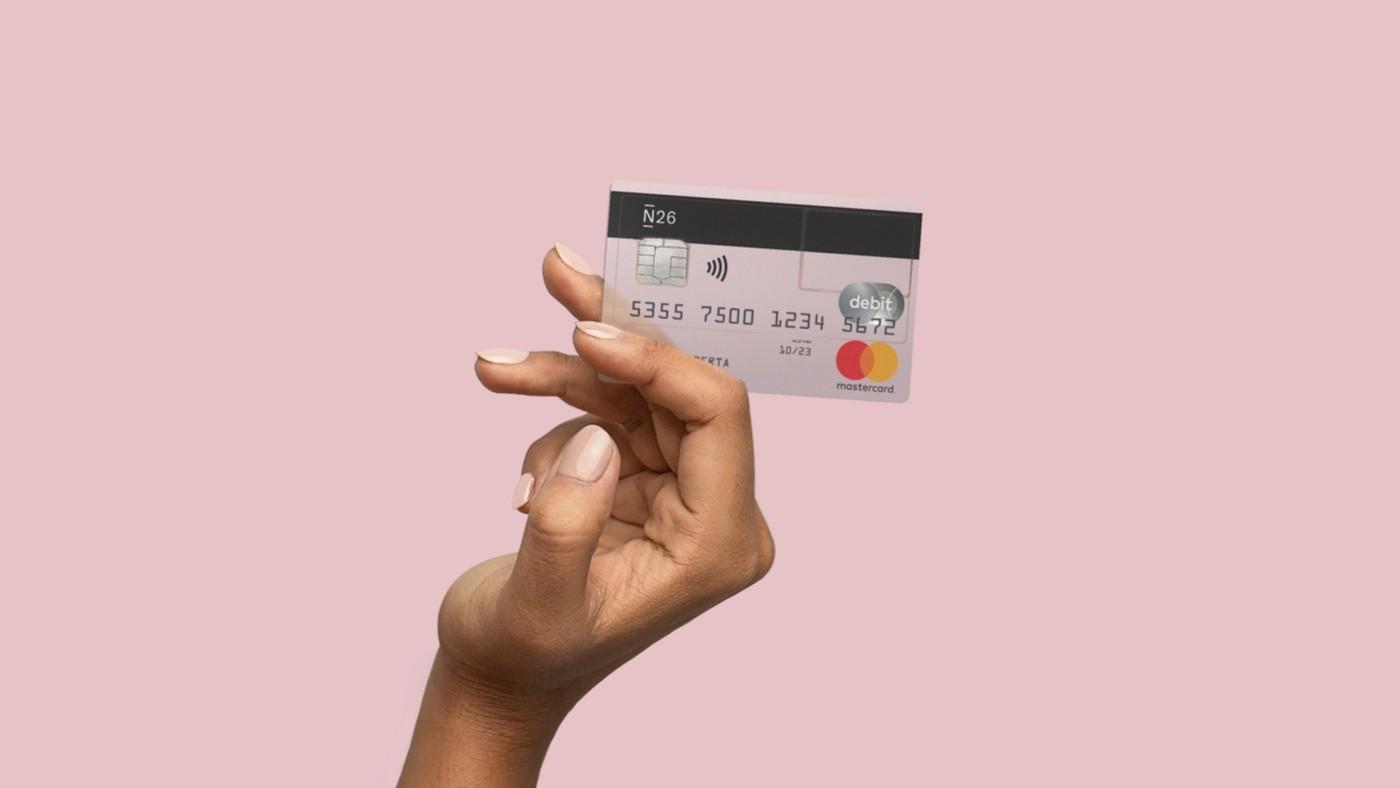 Une main tient une carte de la banque en ligne N26