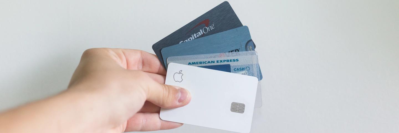 Des cartes de crédit dans une main