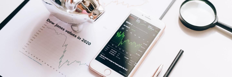 Un téléphone et des graphiques du Dow Jones