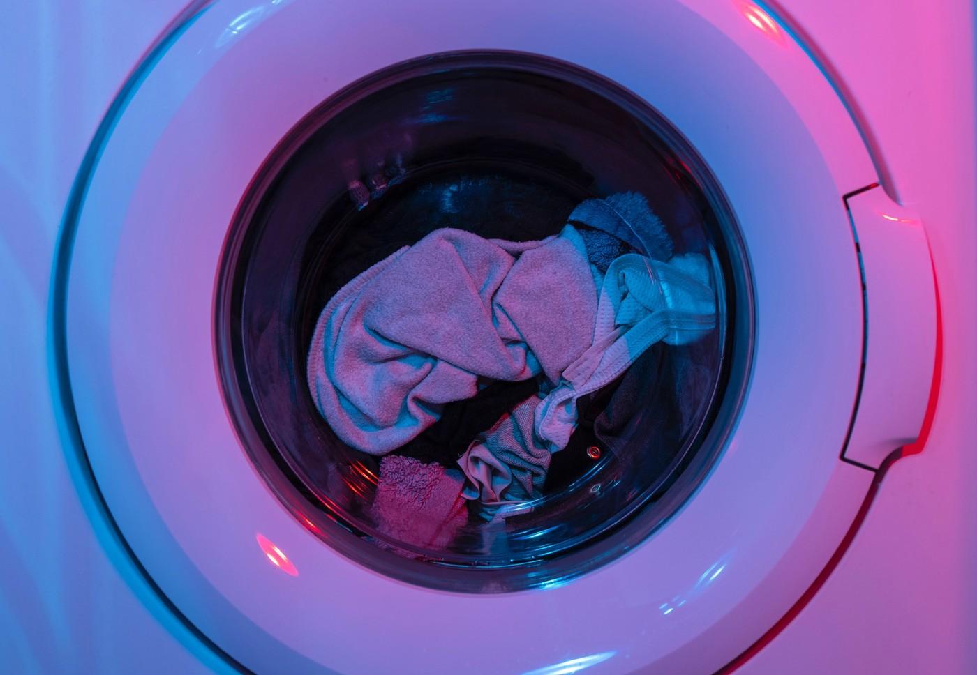 Une machine à lavée éclairée