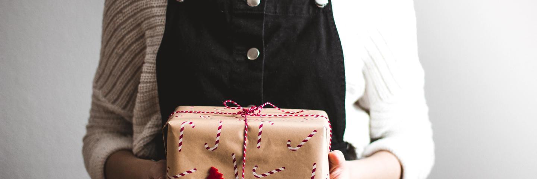Une personne tient un cadeau de Noël