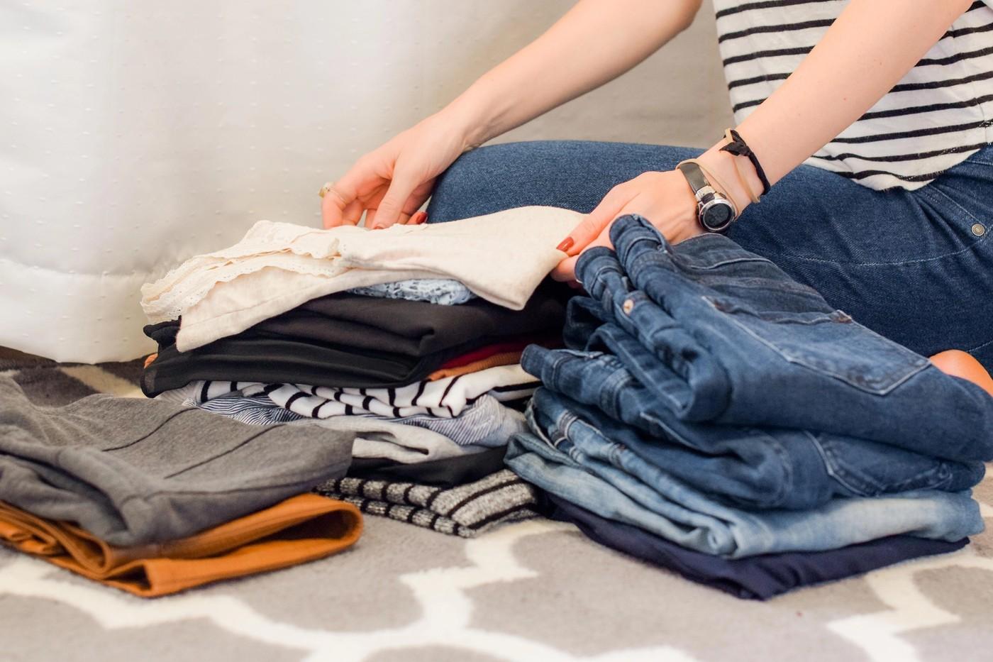 Une femme en train de recycler ses vêtements