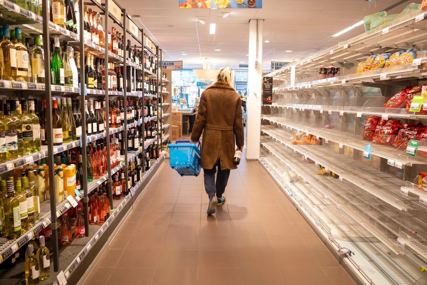 Une femme en train de faire les courses