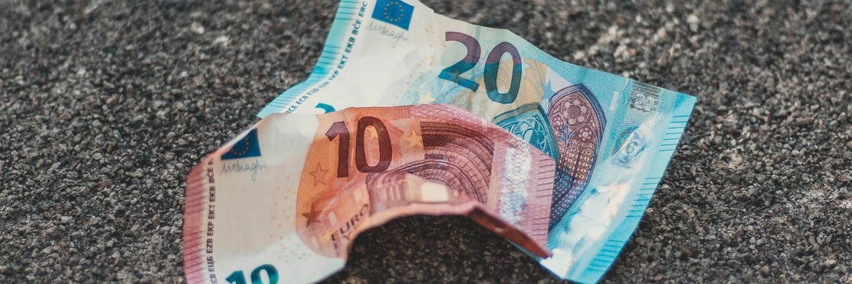 Des billets de banque perdus sur le sol