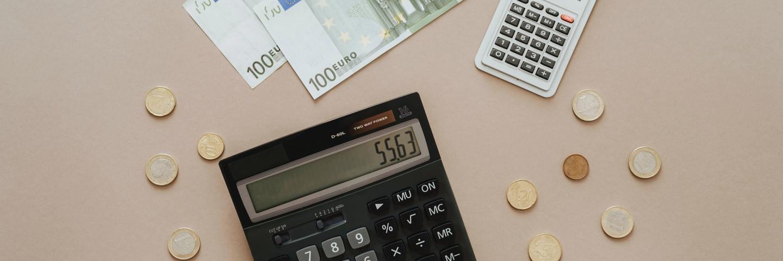 Une calculatrice entourée d'argent