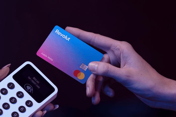 Une personne paie avec sa carte Revolut