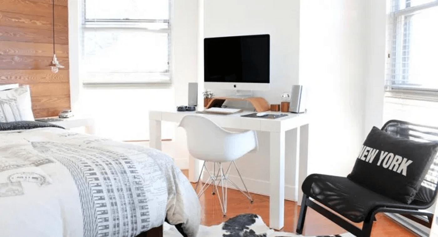 Un ordinateur mac installé dans une chambre