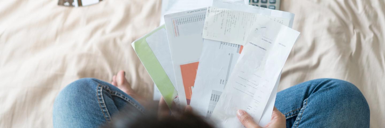 Une femme avec des factures de crédits conso