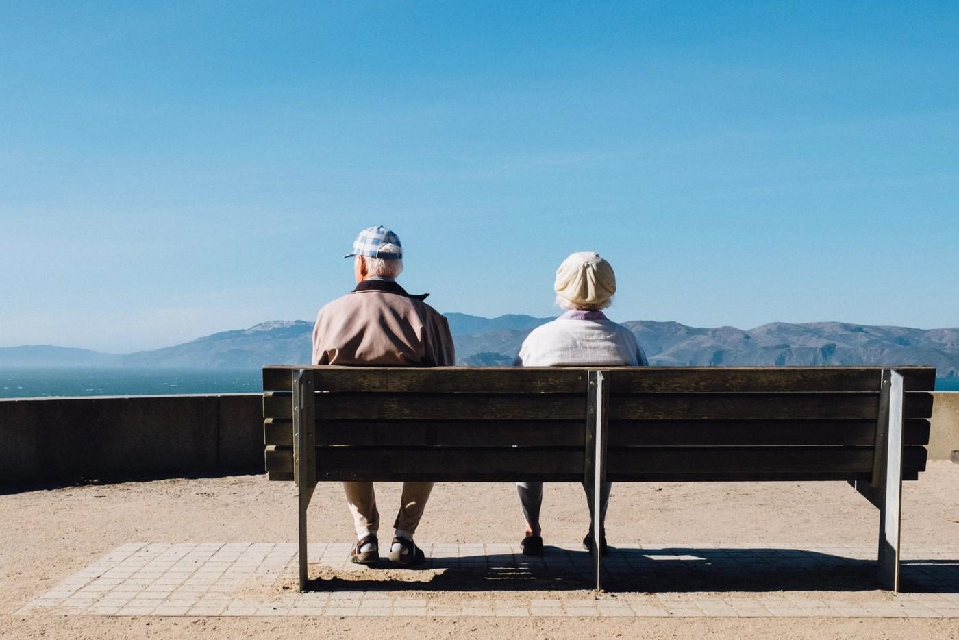 Deux personnes à la retraite sur un banc