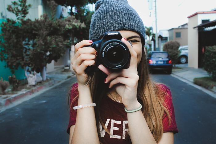 Une femme en train de prendre une photo