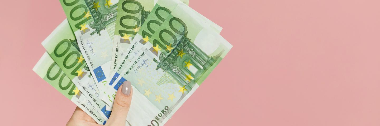 Des billets en euros dans une main