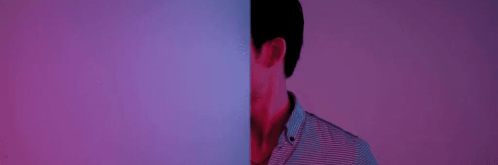 Une personne au visage caché