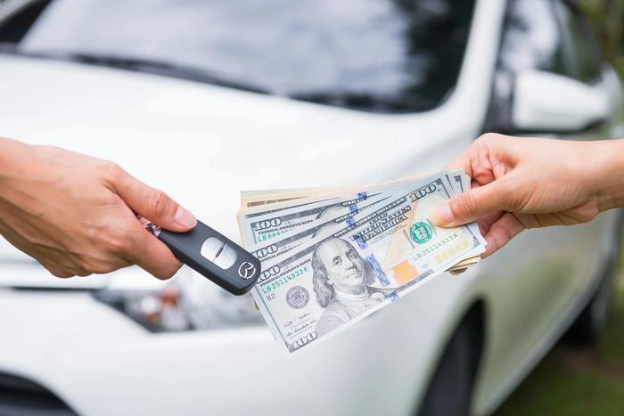 Échange des clefs de voiture contre de billets
