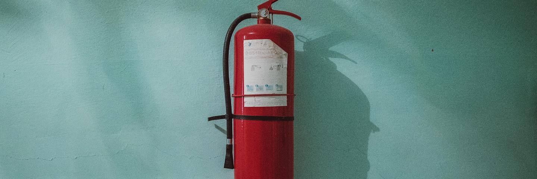 Un extincteur d'urgence symbole de l'épargne de précaution