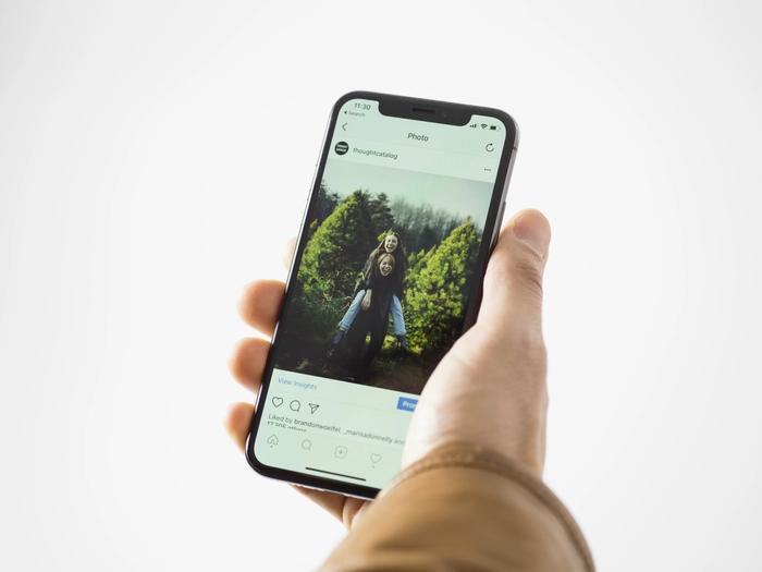 Un téléphone ouvert sur un compte Instagram