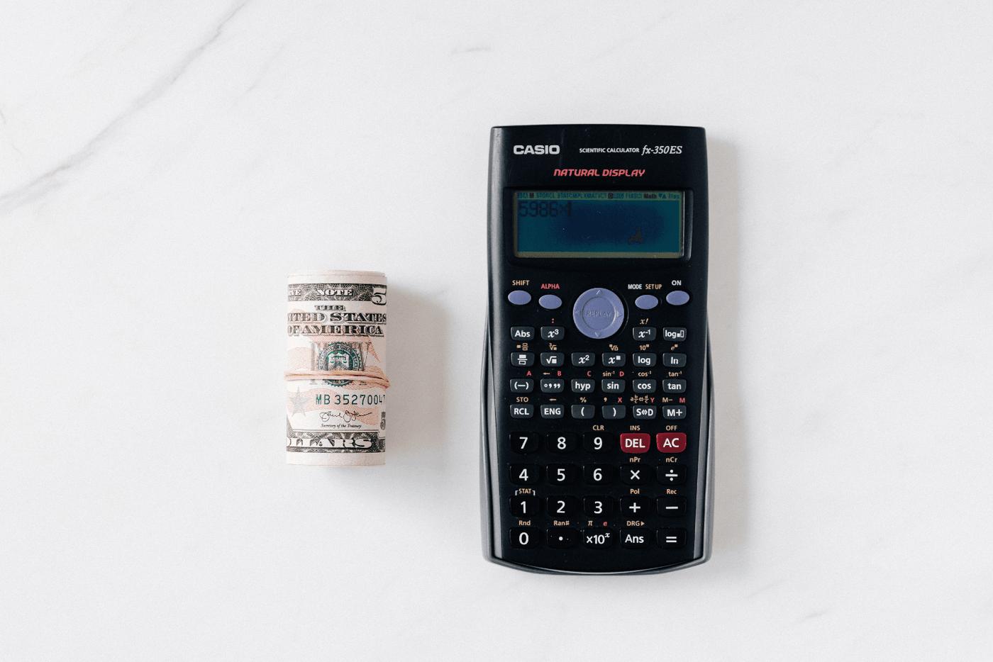Une calculette à côté de billets