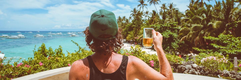 Une personne partant en vacances pas cher