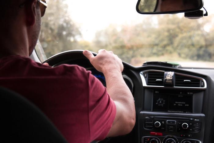 Un homme en train de passer le permis