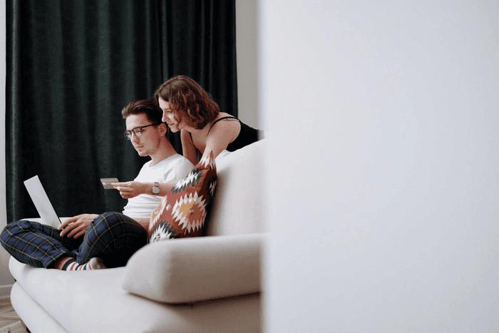 Un couple en train d'acheter en ligne