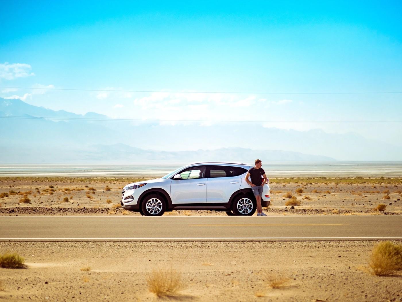 Une voiture sur une route