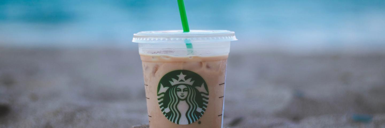 Un gobelet de café glacé dans le sable