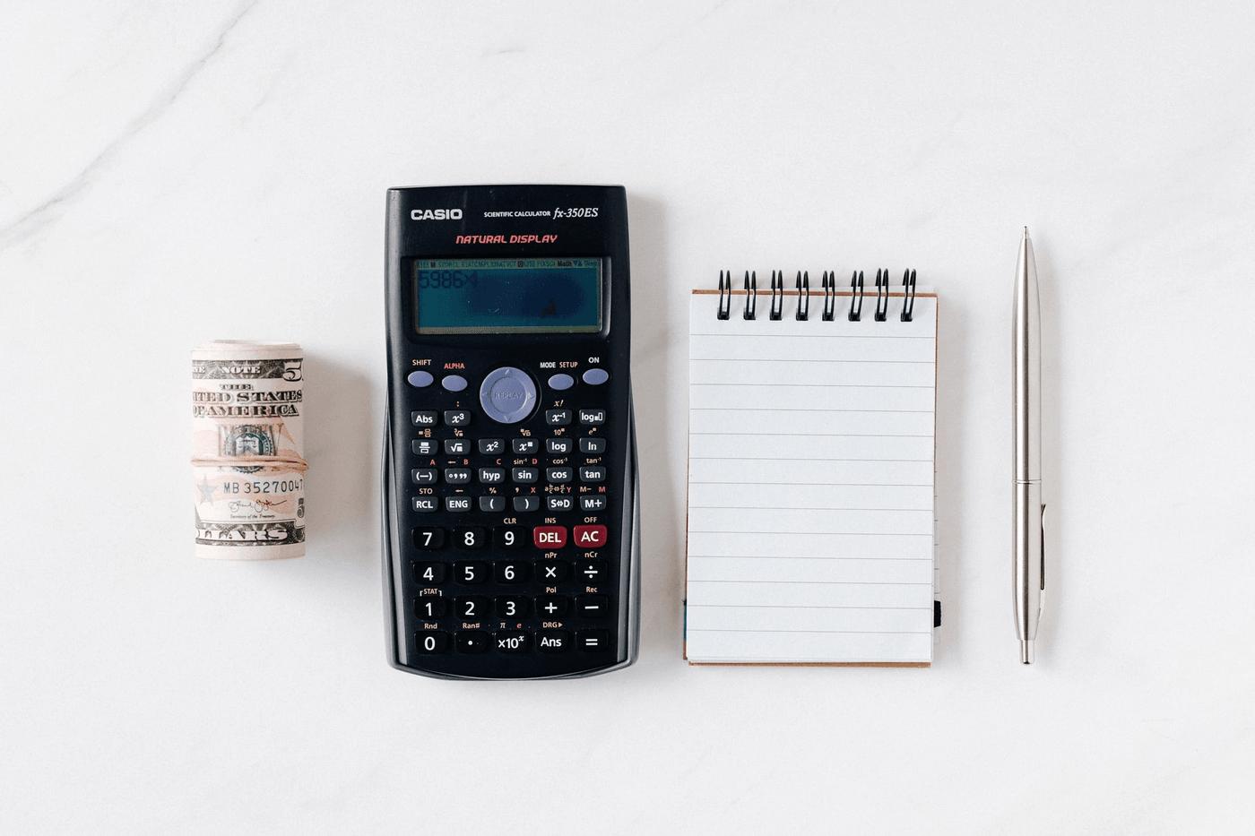 Une calculatrice, de l'argent et un carnet
