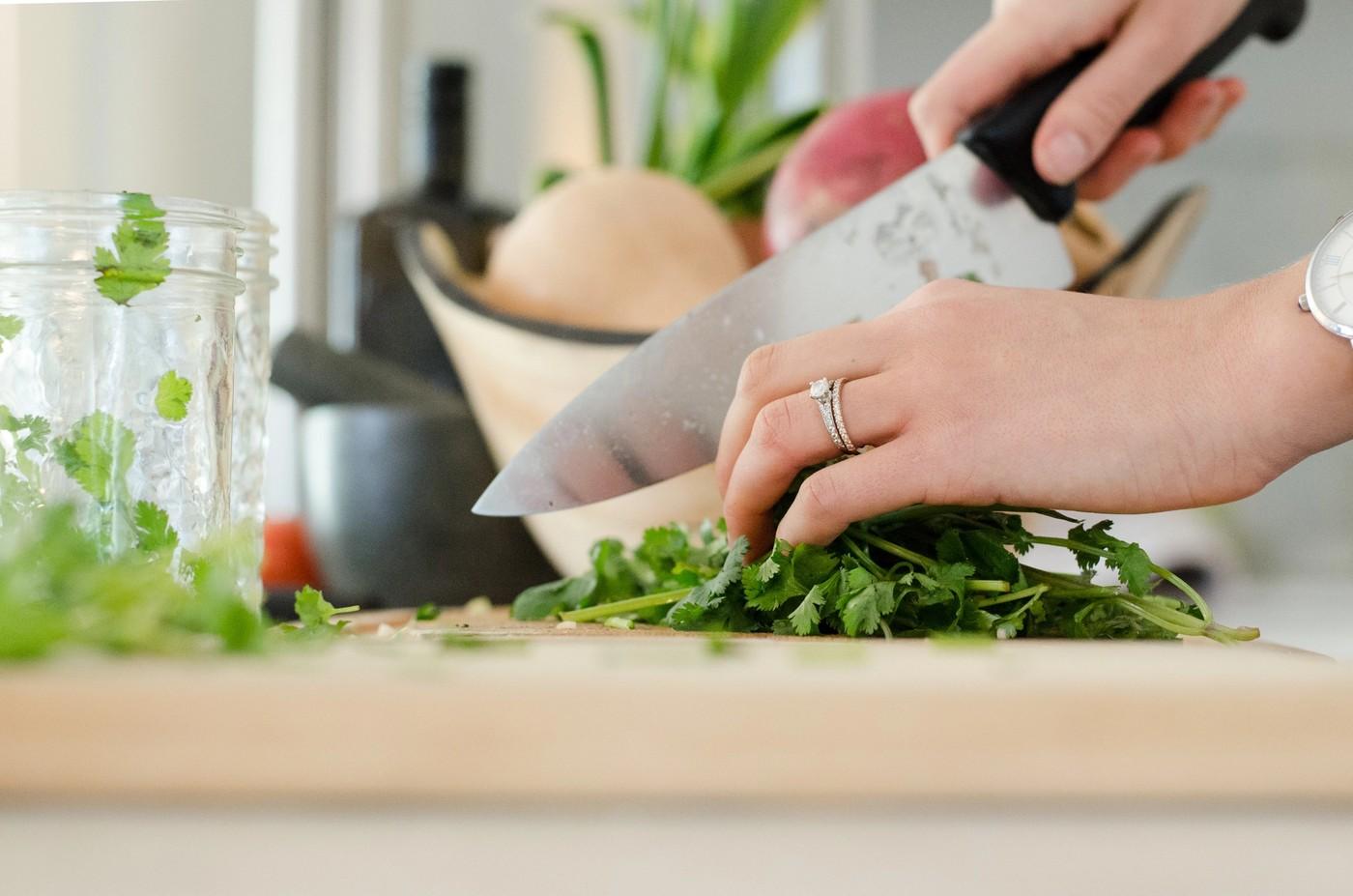 Une femme en train de cuisiner
