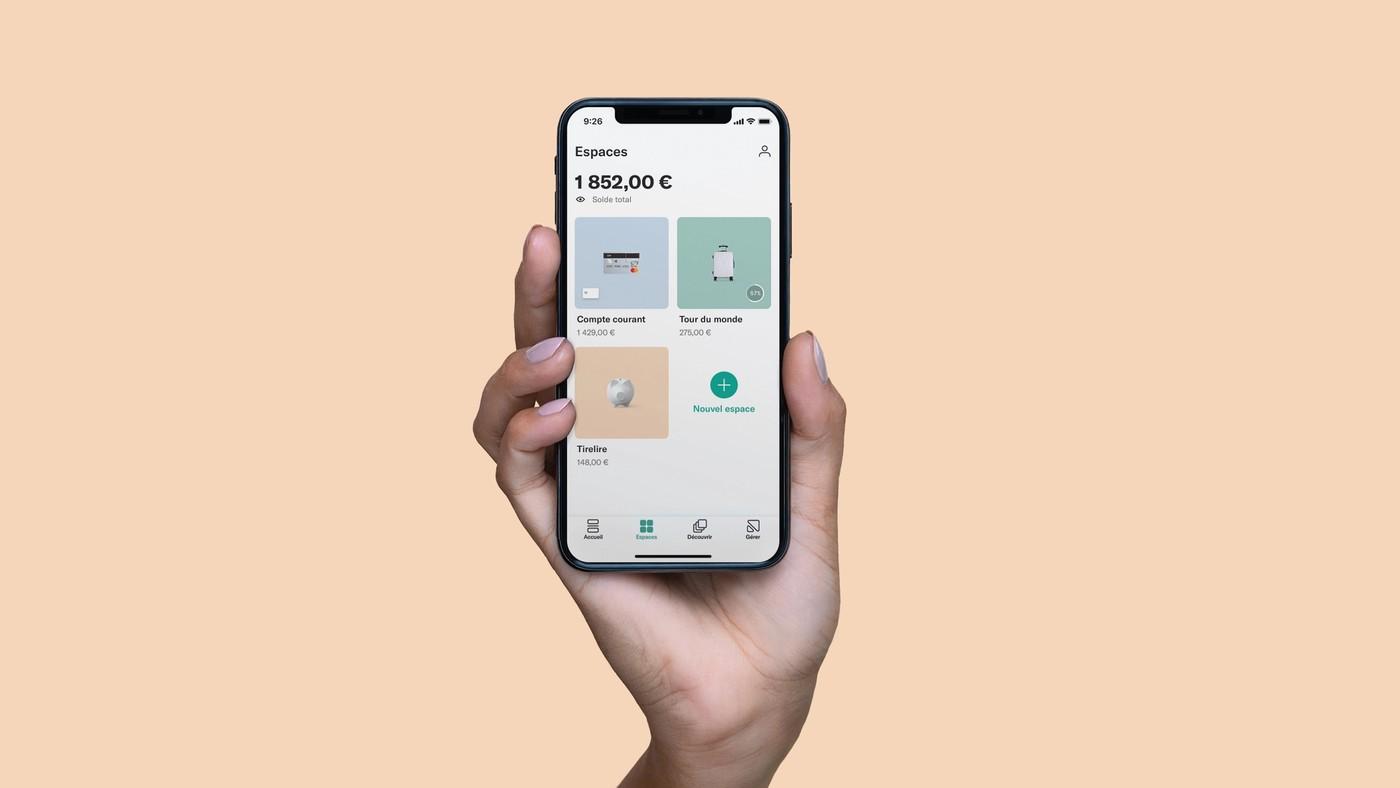 Une main tient un téléphone avec l'appli N26