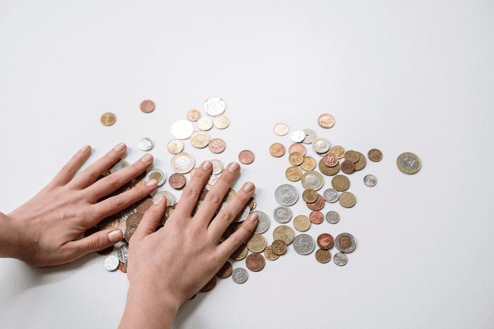 De la petite monnaie étalée sur une table