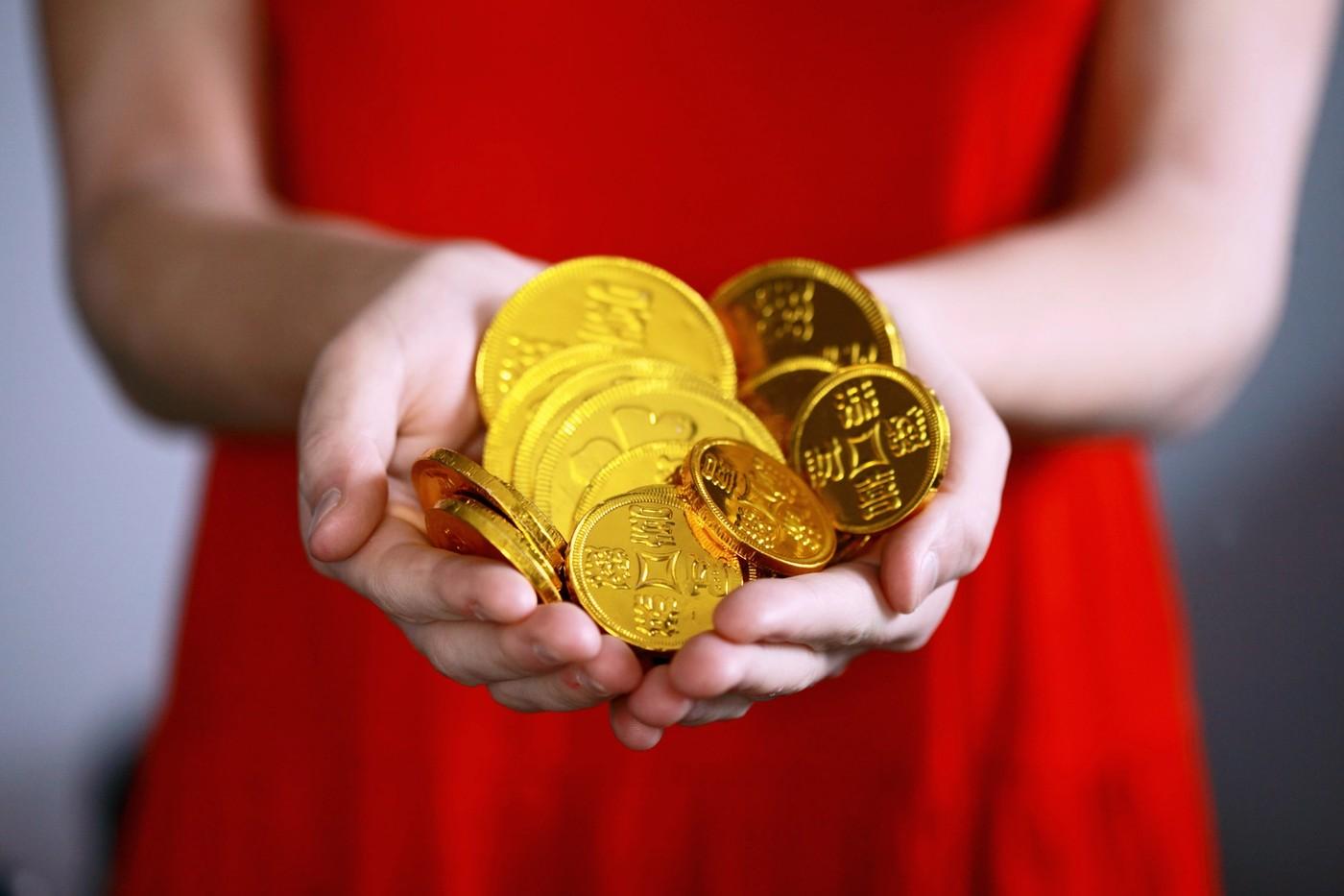 Des pièces d'or dans des mains