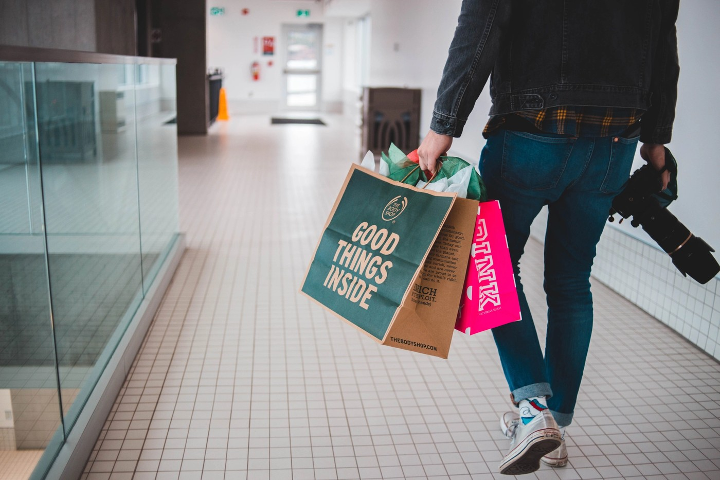 Un homme en train de faire du shopping