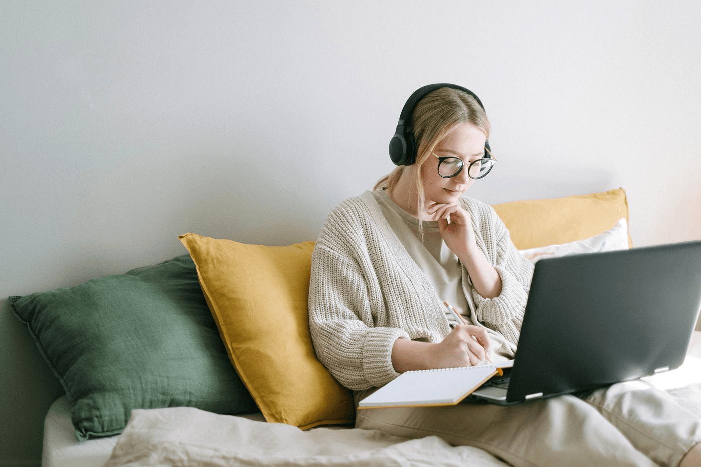 Une étudiante en train d'écrire sur un ordinateur