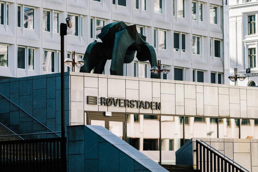 """Photo facade and """"roverstaden"""" sign"""